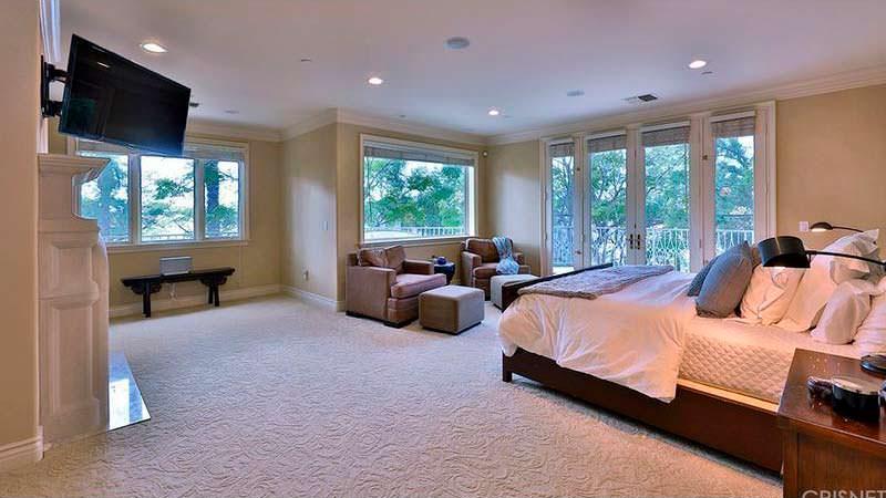 Спальня с камином в доме Dr. Dre