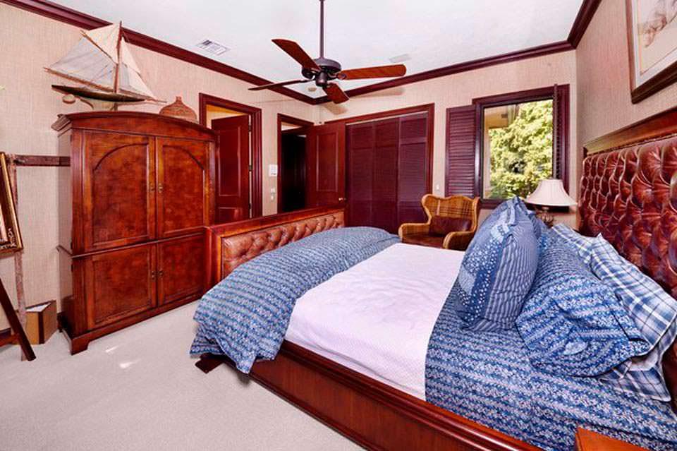 Одна из восьми спален дома