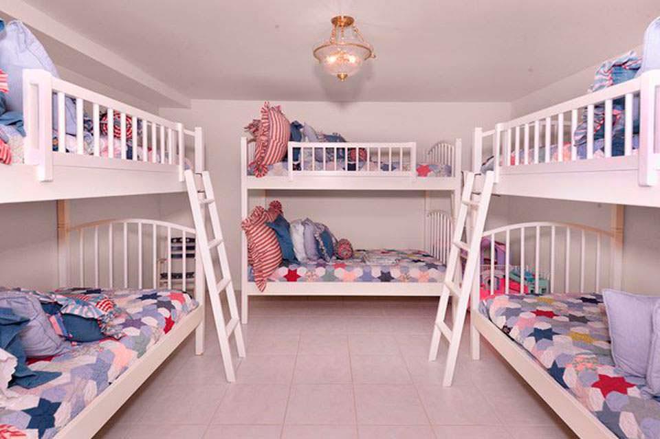 Детская спальня с двухъярусными кроватями