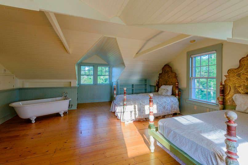 Гостевая спальня в мансарде дома