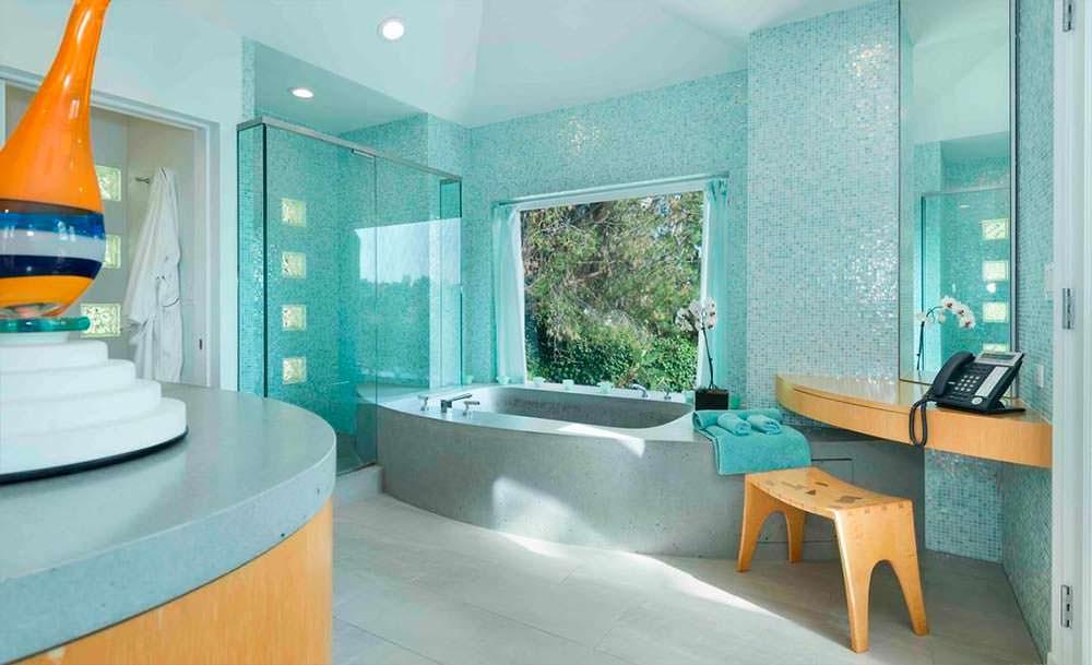 Красивый дизайн ванной с мозаичной плиткой