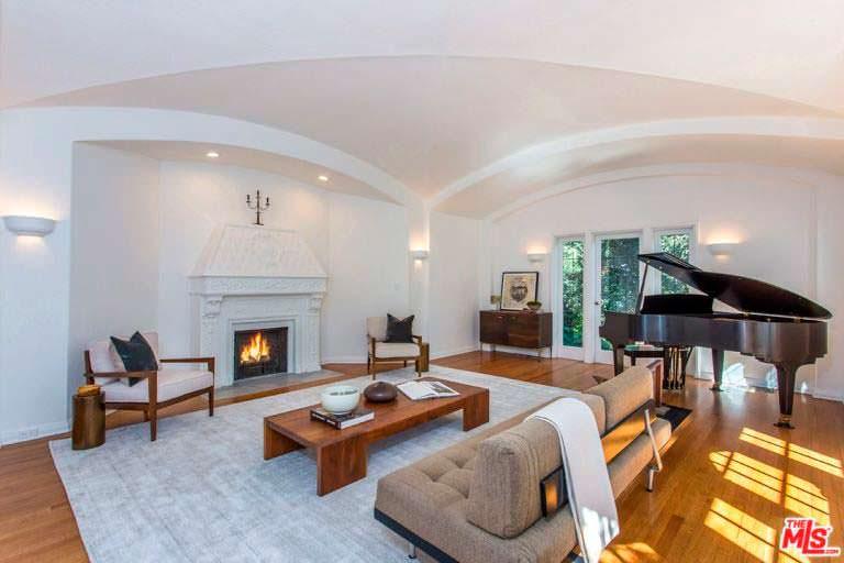 Шикарный дизайн гостиной с дровяным камином