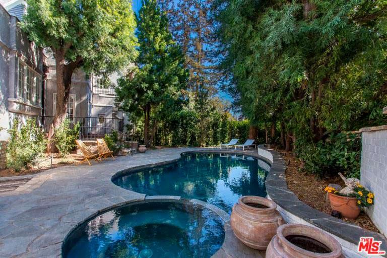 Спа и бассейн на заднем дворе дома