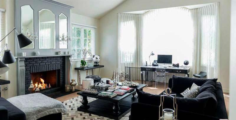 Домашний кабинет с камином и рабочим столом