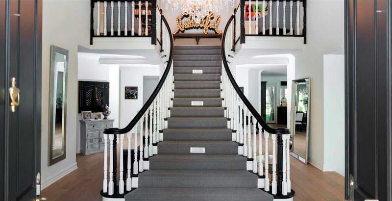 Широкая парадная лестница в доме