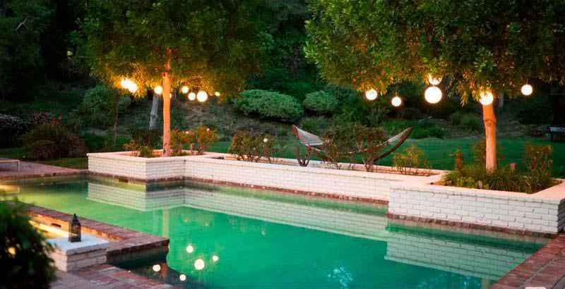 Плавательный бассейн на заднем дворе