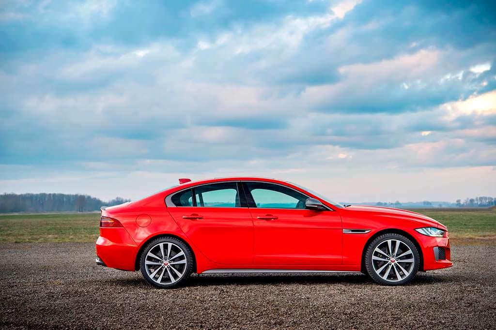 Jaguar XE 300 Sport. Красный цвет Caldera Red