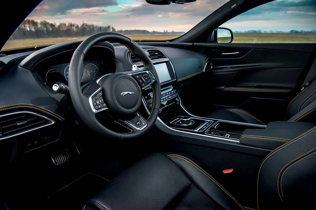Фото салона Jaguar XE 300 Sport 2018