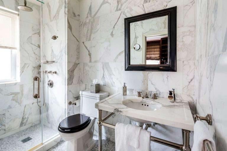Мраморная ванная комната в квартире
