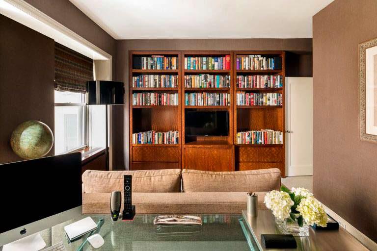 Библиотека в квартире Мэтта Лауэра