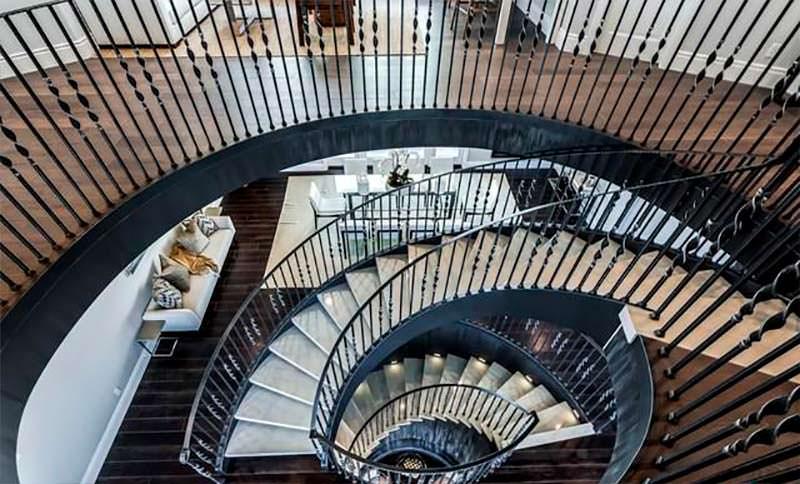Красивая винтовая лестница в доме