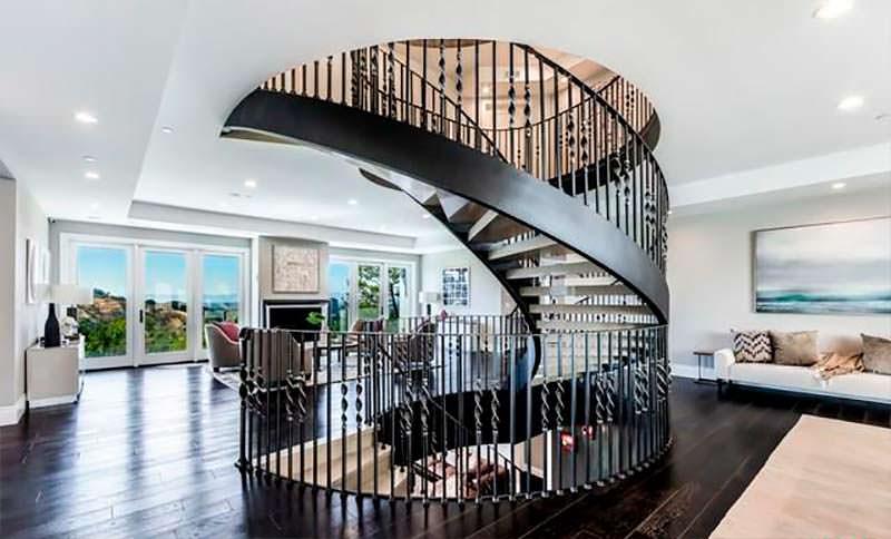 Дизайнерская винтовая лестница в доме