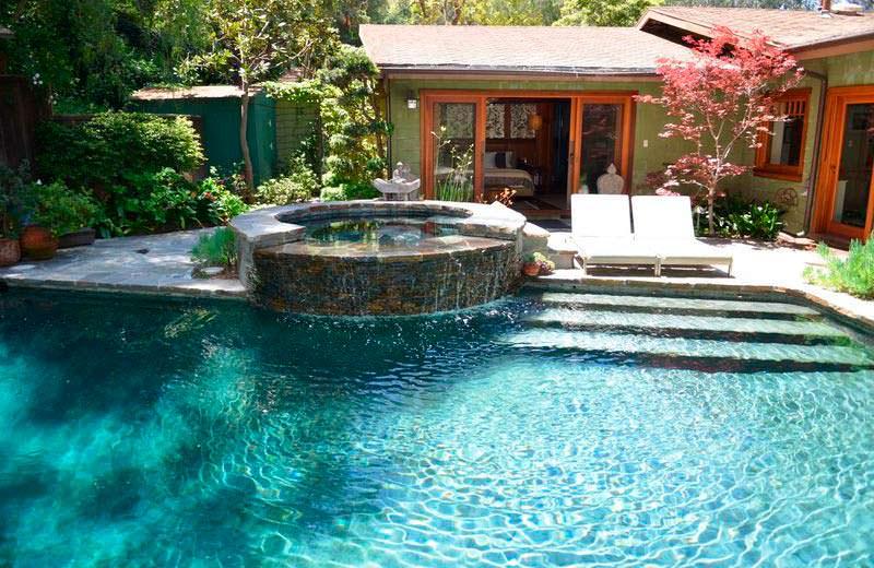 Бассейн и спа на заднем дворе дома