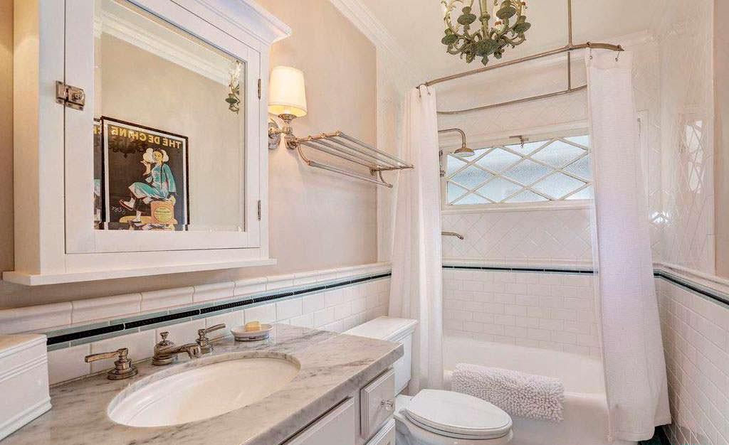 Одна из трех ванных комнат в доме