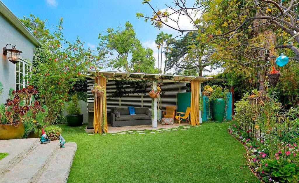 Задний двор дома с газоном