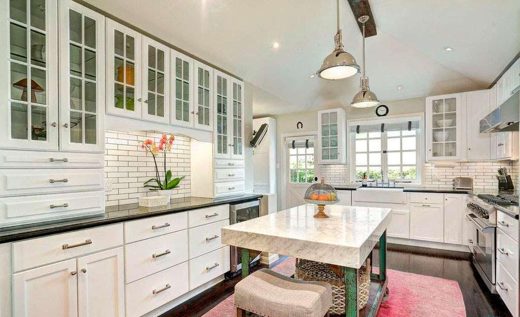 Мраморный стол на кухне в доме Мелиссы Маккарти