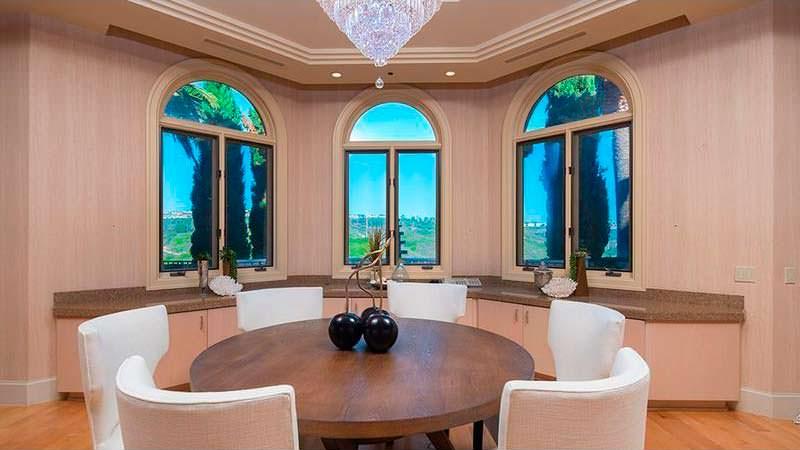 Круглый стол для завтраков в интерьере