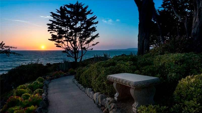 Сад с тропинками и видом на океан
