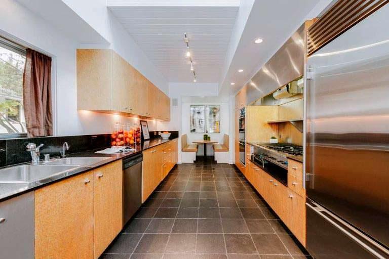 Длинная кухня в доме