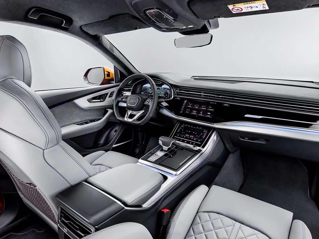 Три сенсорных экрана в салоне Audi Q8