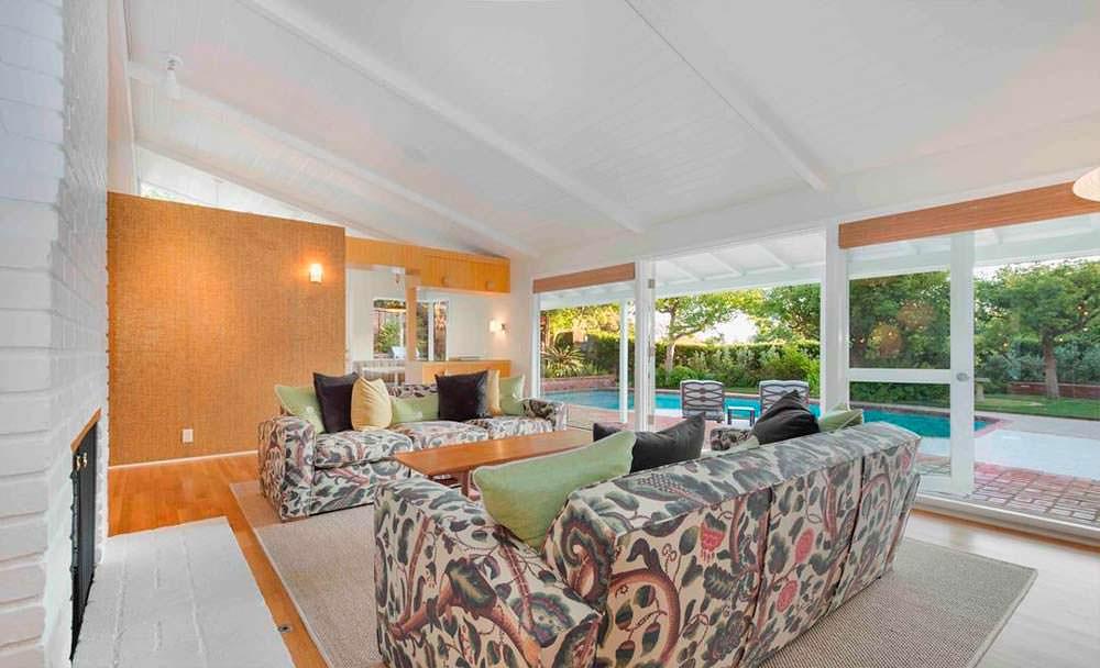 Дизайн гостиной с видом на бассейн