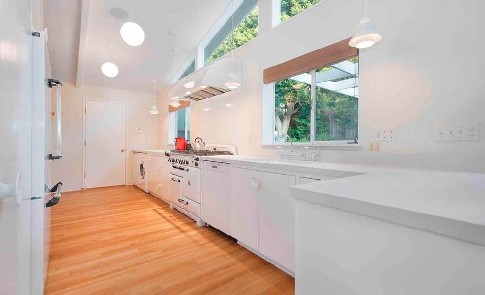 Белая кухня в доме