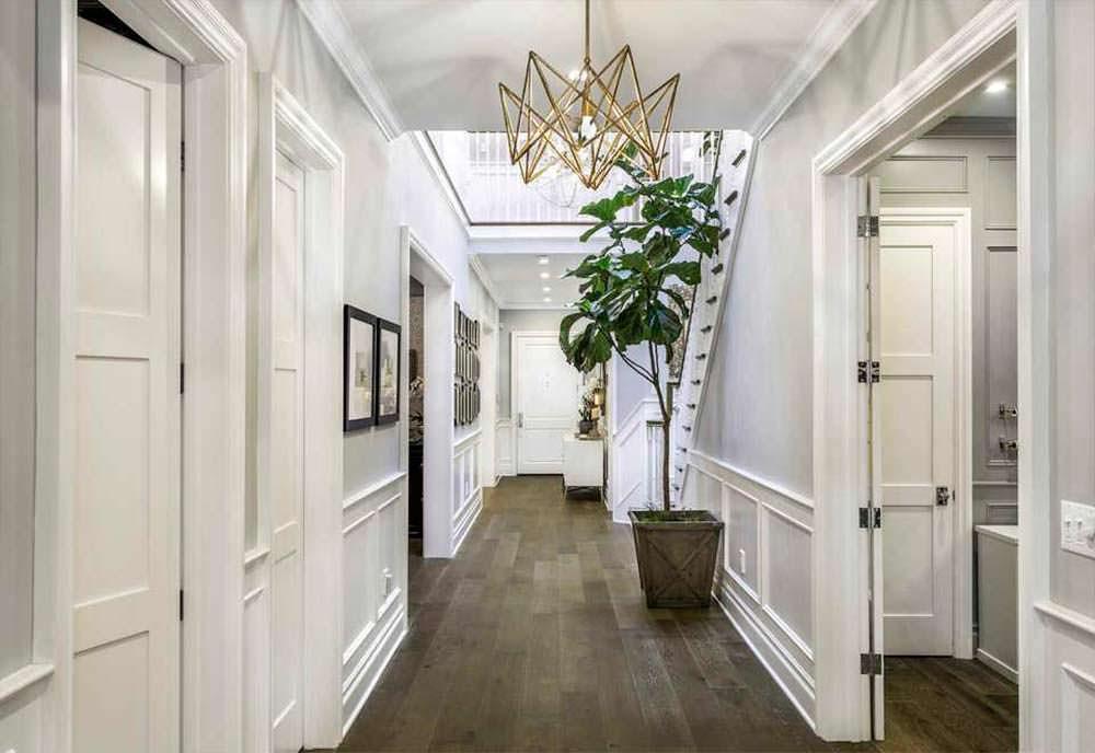 Дизайн коридора в доме знаменитости