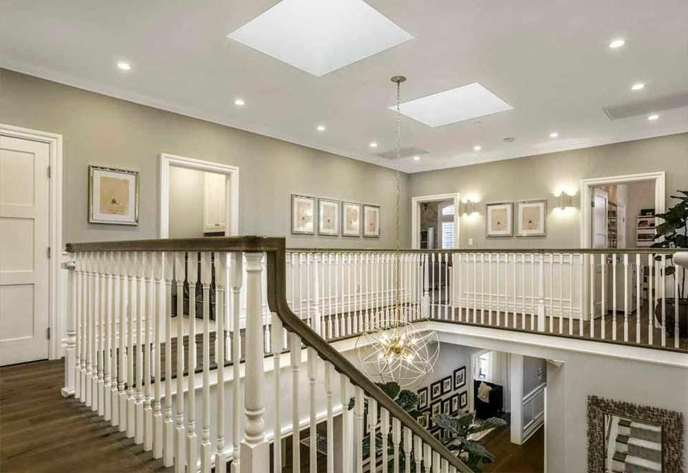 Дизайн лестничной площадки в доме актера