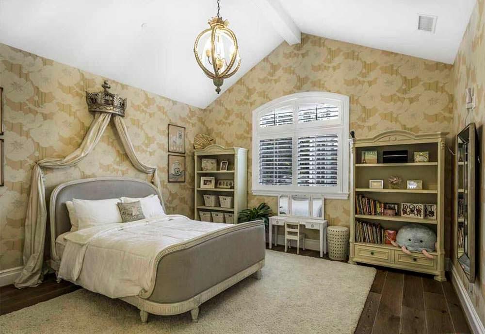 Уютная спальня в доме актера Кевина Маккидда
