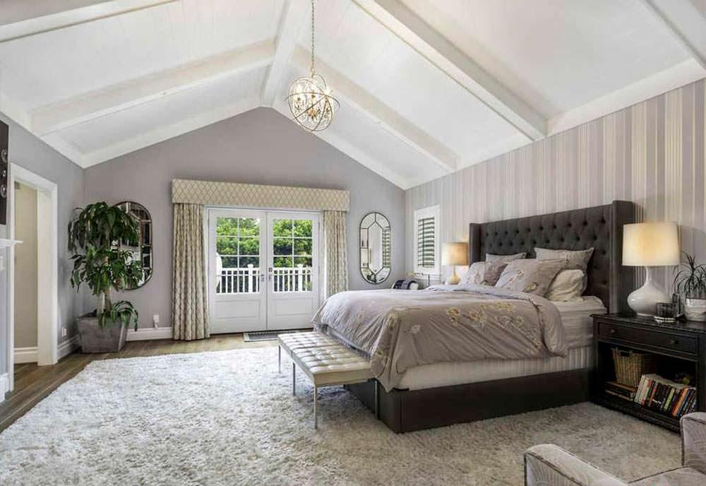 Спальня с ковром на полу