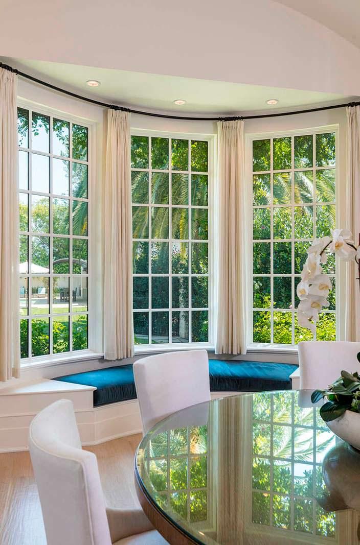 Обеденный стол с видом на задний двор