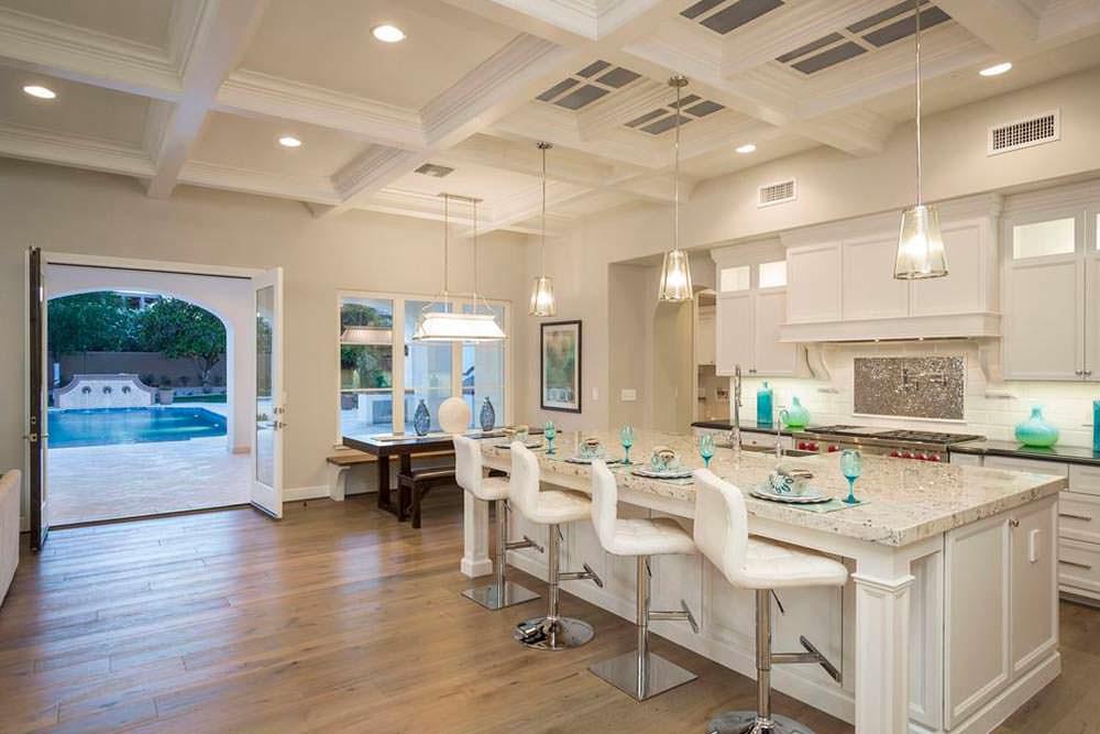 Кухня с выходом к бассейну