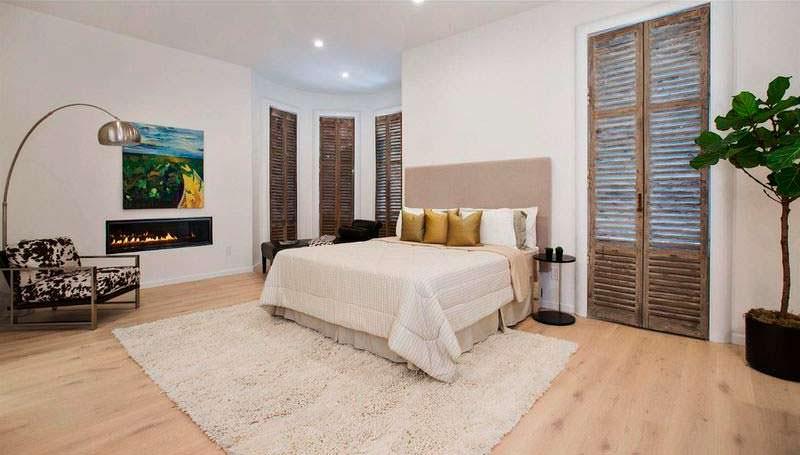 Спальня с красивым камином