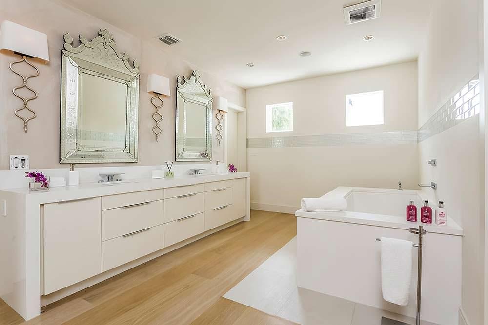 Одна из 7,5 ванных комнат в доме