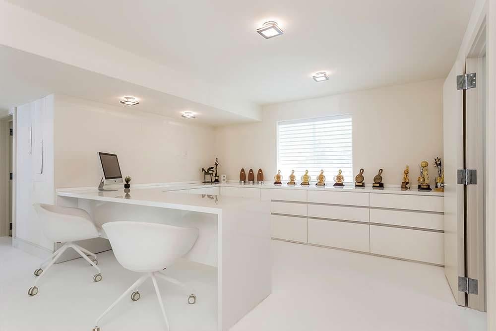 Домашний кабинет в белом цвете