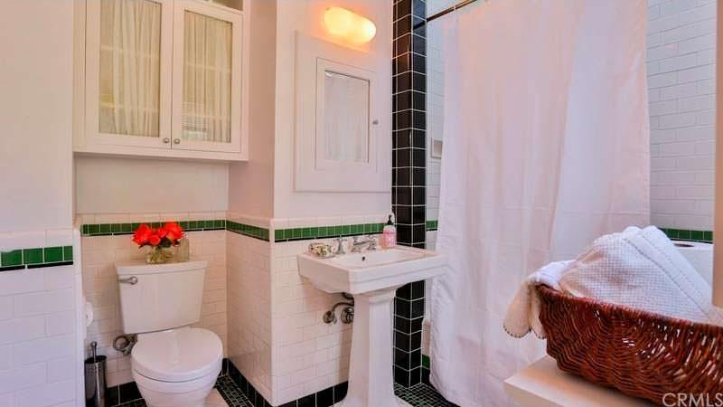 Одна ванная комната в доме
