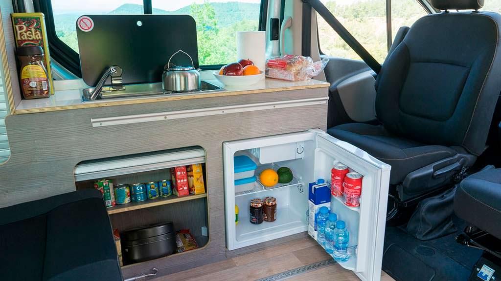 Холодильник в салоне Nissan e-NV200 Camper