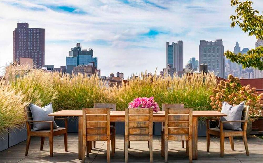 Терраса на крыше дома с видом на Манхэттен