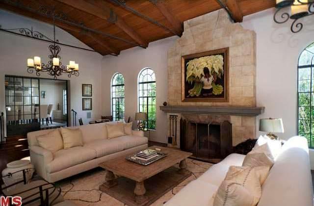 Гостиная с камином и потолочными балками