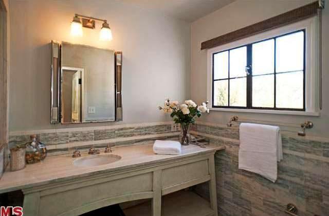 Дизайн одной из девяти ванных комнат в доме