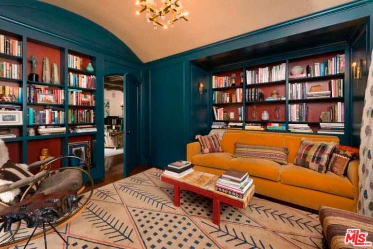 Домашняя библиотека у Джима Парсонса