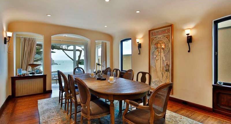 Столовая в доме с видом на океан