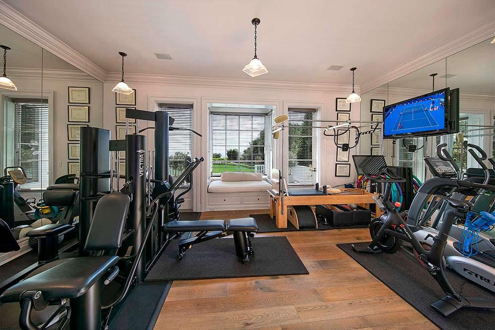 Домашний фитнес-зал со стеклянной стеной