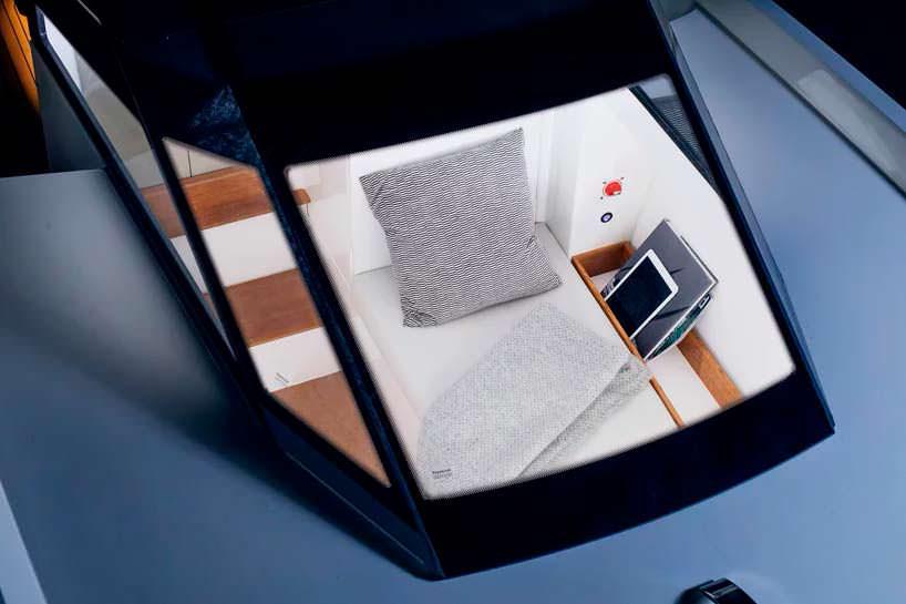 Окно в каюту с палубы катера Q-yachts Q30