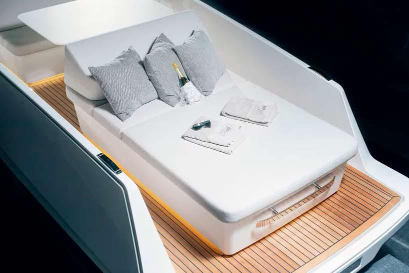 Диван на палубе катера Q-yachts Q30