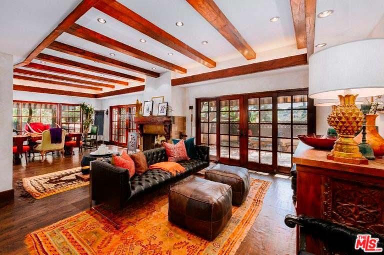 Сводчатый потолок в гостиной