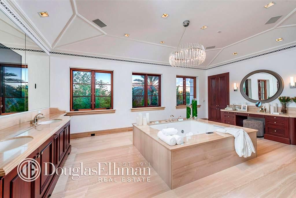 Одна из 14 ванных комнат виллы