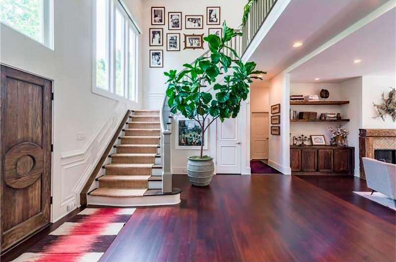 Парадная лестница в доме знаменитости