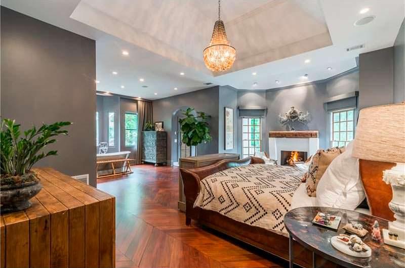 Уютная спальня с камином