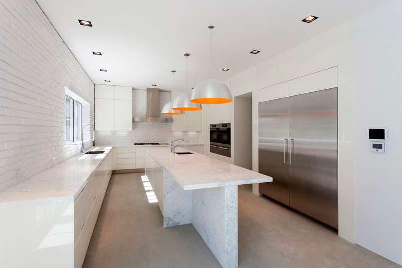Кухня с мраморным островом